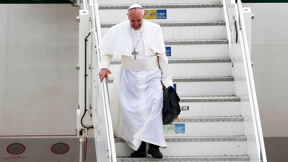 O Papa Francisco desembarca nesta segunda-feira (29) no aeroporto Ciampino, em Roma