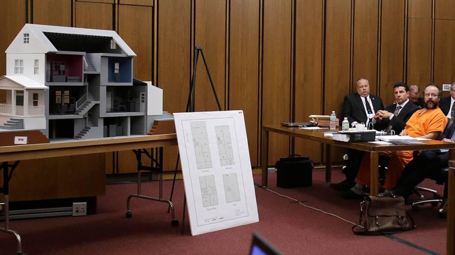 O americano de origem porto-riquenha Ariel Castro compareceu nesta quinta-feira (01) no tribunal de Cleveland para enfrentar acusações de estupro e sequestro de três mulheres mantidas em cativeiro em sua residência durante uma década