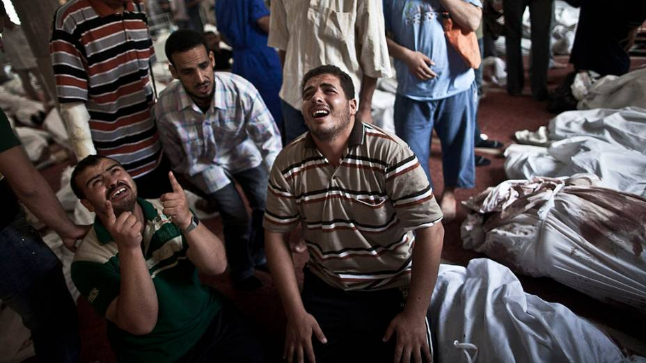 Parentes choram em uma mesquita no Cairo onde os corpos das vítimas dos protestos envolvendo partidários do deposto presidente islâmico Mohamed Mursi foram dispostos nesta quinta-feira (15), no Egito