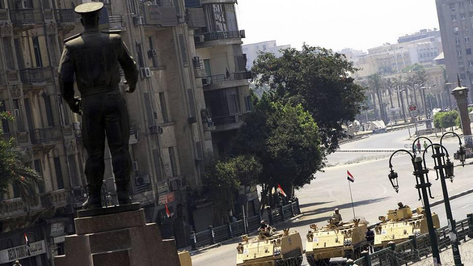 Vários veículos blindados do exército permanecem implantados no acesso à Praça Tahrir para conter as manifestações de apoio ao deposto presidente, Mohamed Mursi nesta sexta-feira (16), no Cairo, Egito