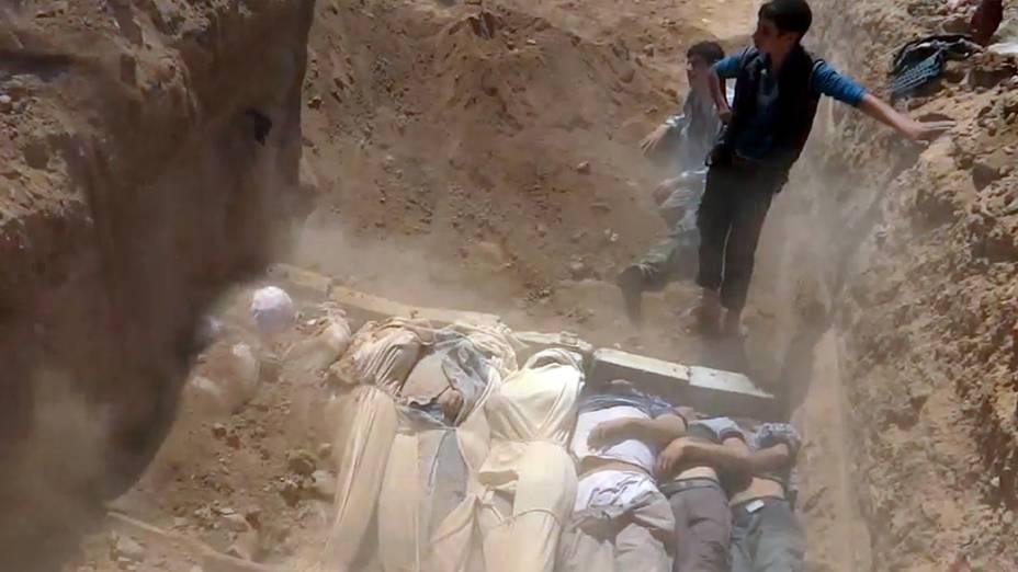 Vítimas do ataque na região de Goutha, na Síria, em imagem retirada de um vídeo postado no YouTube, em 21/08/2013