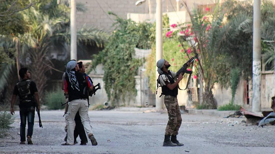 Rebelde sírio aponta arma contra soldados do Exército em zona industrial de Deir Ezzor, nesta segunda-feira (02). O governo da Síria pediu hoje à ONU que impeça a ação militar
