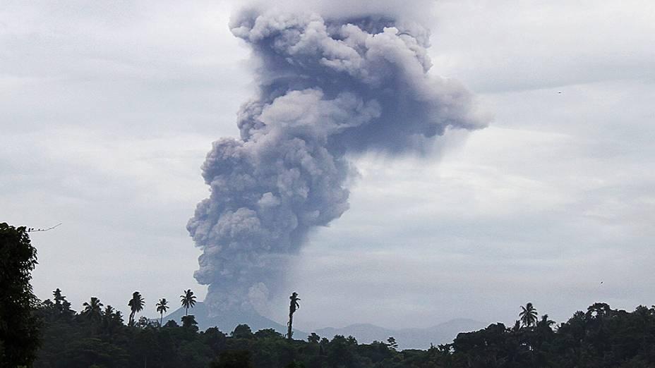 <p>O vulcão Monte Lokon entra em erupção na cidade de Tomohon, na ilha Sulawesi, na Indonésia</p>