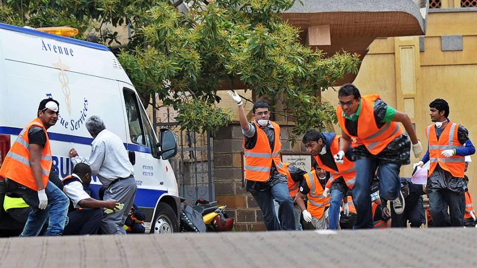 Voluntários correm para se esconder depois de ouvir tiros da milícia islâmica Al-Shabab, da Somália, ligados a rede terrorista al-Qaeda, dentro de um shopping de luxo Nairobi deixando pelo menos 69 mortos e 200 feridos, no Quênia