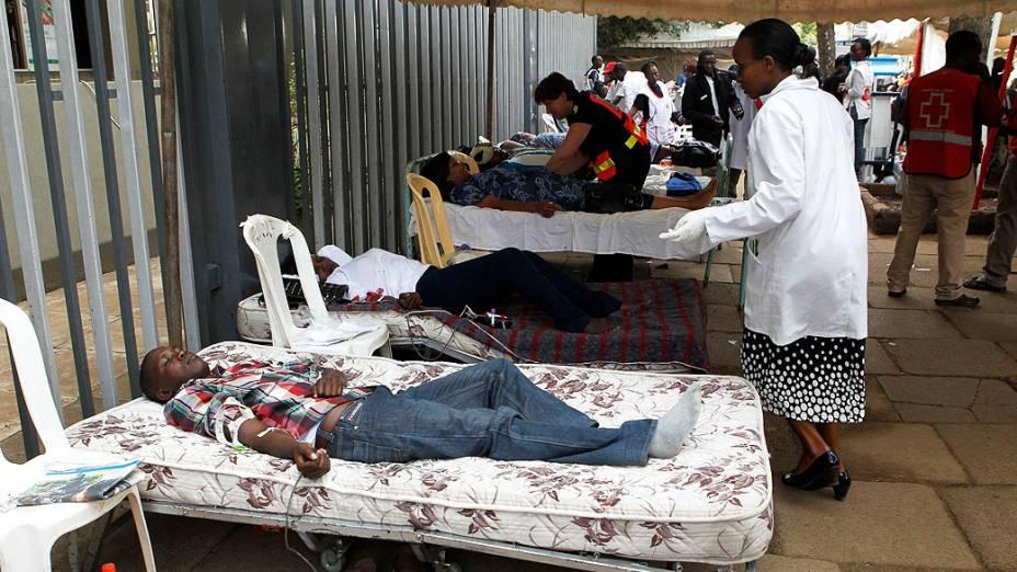 Pessoas doam sangue em um centro de doação temporária para os feridos do fogo cruzado entre homens armados e a polícia no shopping Westgate, em Nairóbi, capital do Quênia