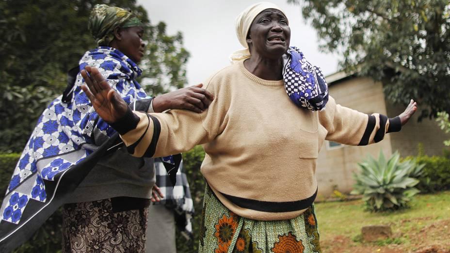 Mulher lamenta depois de descobrir o cadáver de seu filho, entre as vítimas do ataque terrorista ao shopping Westgate, no Quênia