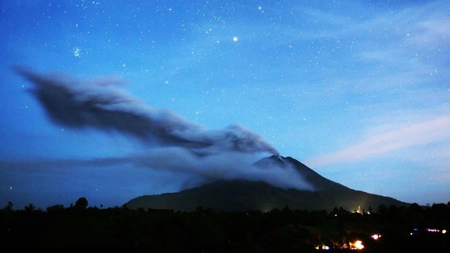 <p>Monte Sinabung expele cinzas vulcânicas nesta terça-feira (5/11), no norte de Sumatra, na Indonésia</p>