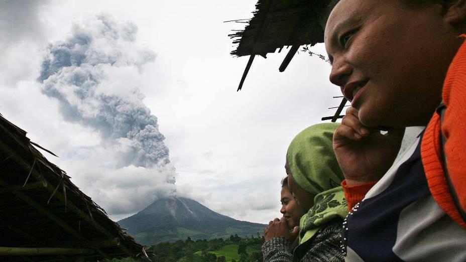 <p>Monte Sinabung expele cinzas vulcânicas nesta terça-feira (5/11), no norte de Sumatra</p>