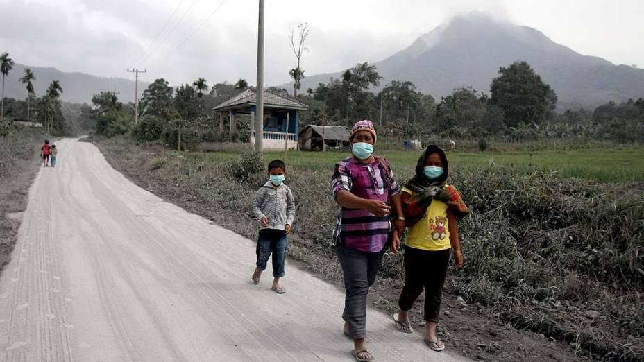 <p>Monte Sinabung expele cinzas vulcânicas no norte de Sumatra na Indonésia. Forçando a evacuação de moradores que vivem próximo à base do monte</p>