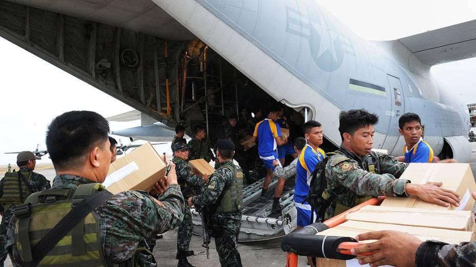 Militares norte-americanos e filipinos enviam alimentos para as vítimas do tufão Haiyan, no aeroporto de Tacloban, na região central das Filipinas