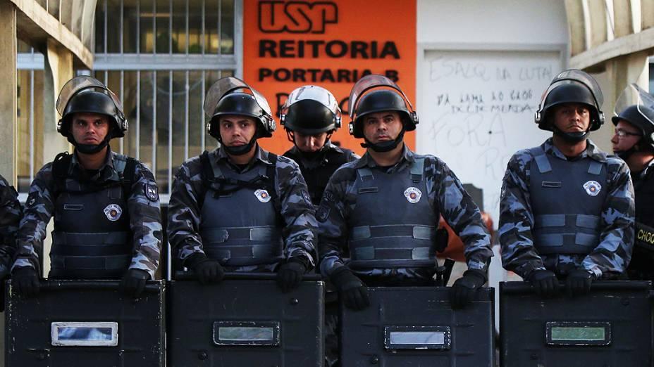 A Polícia Militar (PM) cumpriu na madrugada desta terça-feira (12) a reintegração de posse da reitoria da Universidade de São Paulo (USP)