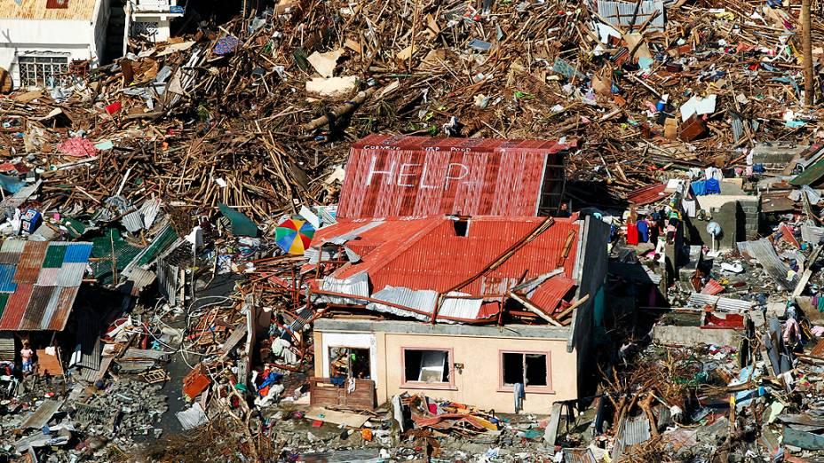 Telhado de casa é pichado com mensagem de pedido de socorro, nesta quarta-feira (13/11) em área devastada pelo supertufão Haiyan, nas Filipinas