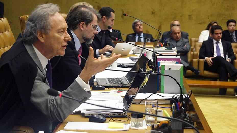 O ministro Ricardo Lewandowski durante sessão no plenário do STF (Supremo Tribunal Federal) para julgar os recursos dos 13 réus que não tem direito aos embargos infringentes no processo do mensalão, nesta quarta-feira (13)