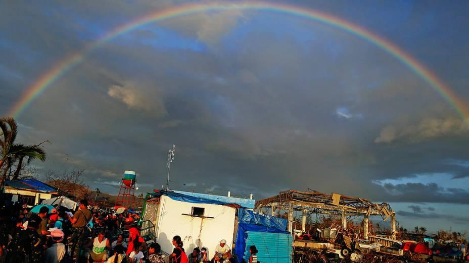Arco-íris corta o céu de Tacloban (Filipinas) enquanto sobreviventes se preparam para deixar a cidade, nesta sexta-feira (15)