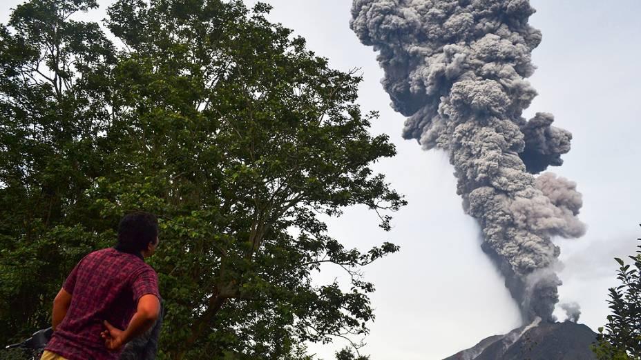 <p>Homem observa fumaça expelida pelo vulcão Sinabung que alcançou 8 km de altura, no distrito de Karo, na Indonésia</p>