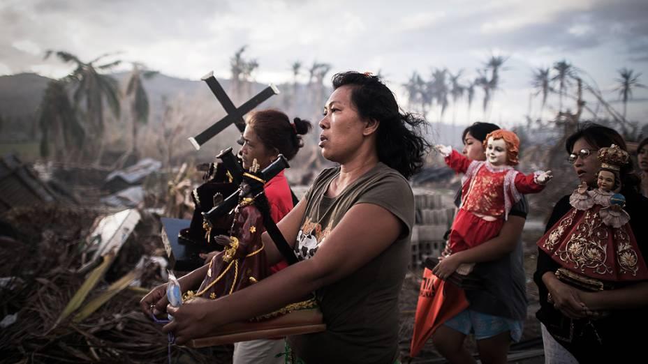 Sobreviventes do tufão Haiyan participam de uma procissão religiosa em Tolosa, na ilha de Leyte, nas Filipinas