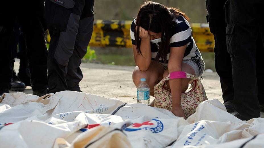 Bombeiros filipinos realizaram um sepultamento coletivo de parte das vítimas do tufão Haiyan na cidade de Tacloban, a mais afetada pelo fenômeno