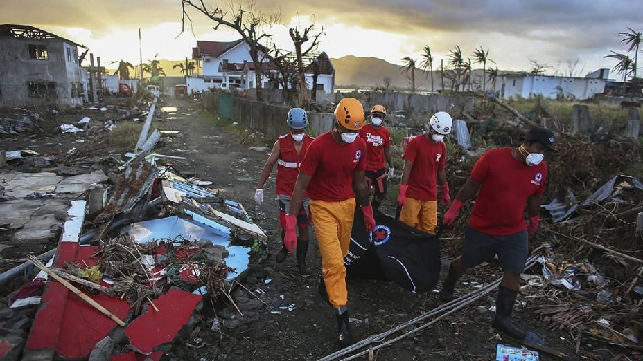 Equipe de resgate da Cruz Vermelha remove corpo de uma vítima do super tulfão Haiyan, em Tacloban, nas Filipinas