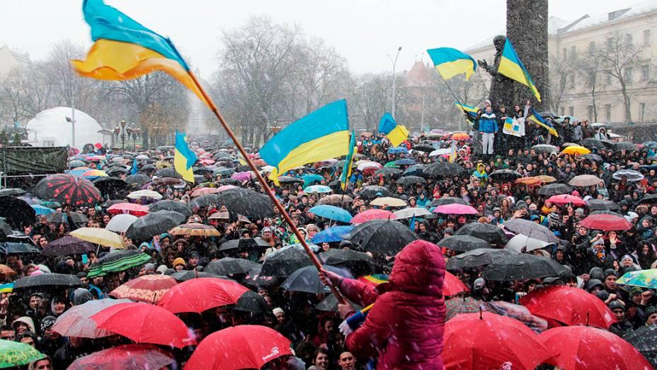 Manifestantes foram às ruas em apoio à integração da Ucrânia à União Europeia, no oeste da cidade de Lviv