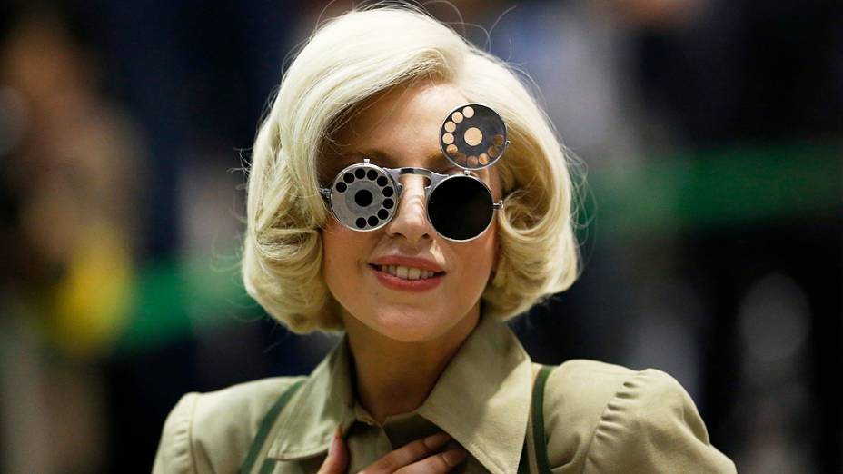Lady Gaga usa óculos escuros durante chegada ao aeroporto internacional de Narita, a leste de Tóquio, Japão