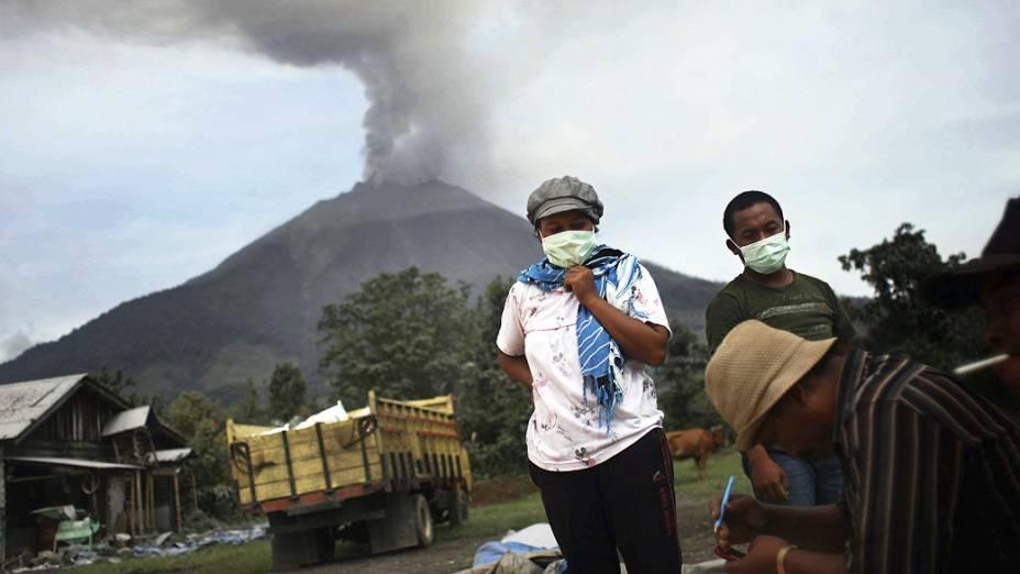 <p>Coluna de fumaça é expelida durante erupção do vulcão Sinabung, ao norte da ilha de Sumatra (Indonésia). A atividade vulcânica forçou a evacuação de mais de 18 mil pessoas</p>