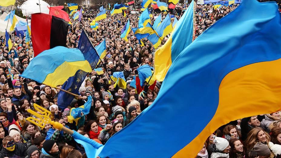 Manifestantes pró União Europeia acenam bandeiras ucranianas durante um comício na cidade de Lviv