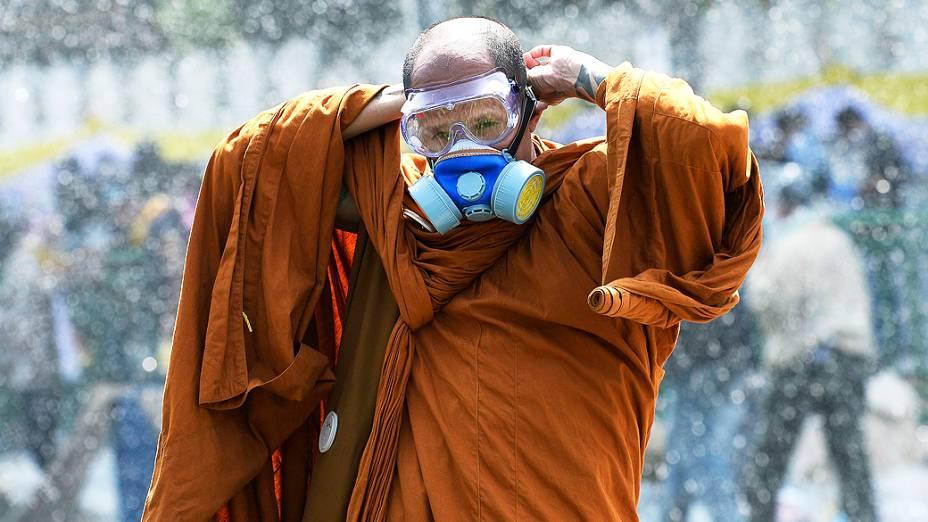 Em Bangcoc, monge usa máscara de gás durante protesto contra o governo da primeira-ministra da Tailândia, Yingluck Shinawatra