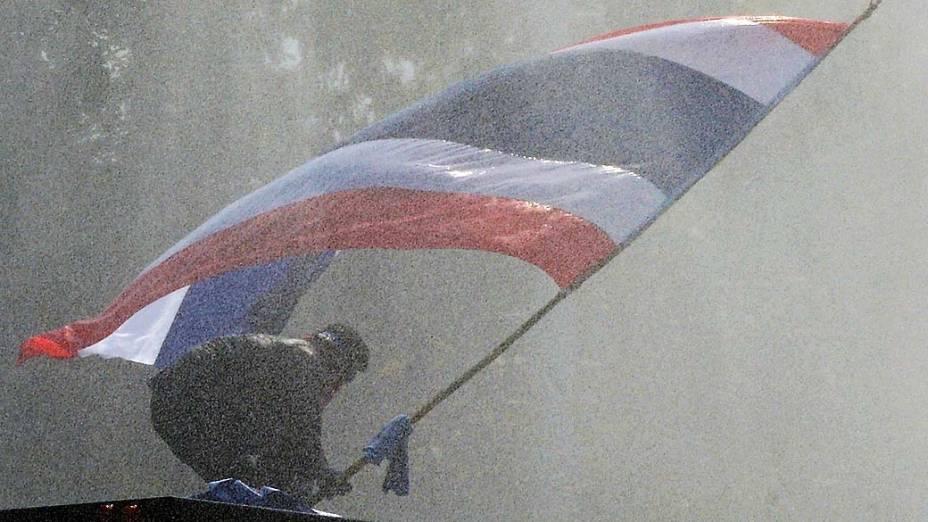 Manifestante contrário ao governo segura bandeira da Tailândia durante protesto em Bangcoc