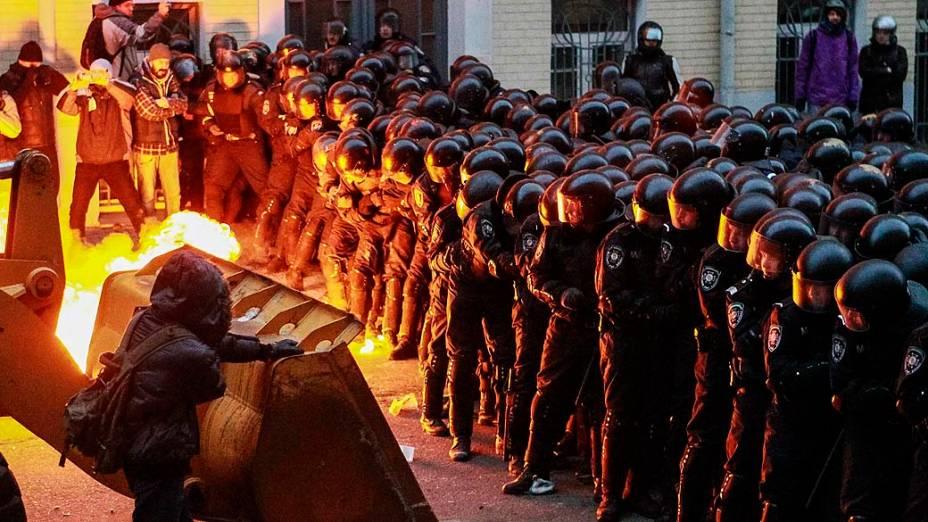 Manifestantes enfrentam policiais durante protesto contra a decisão do presidente ucraniano, Viktor Yanukovych, de suspender um acordo comercial com a União Europeia em frente à sede do governo, em Kiev