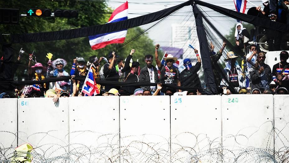 Manifestantes contrários ao governo invadem a sede da Polícia Metropolitana e do governo, em Bangcoc, na Tailândia. Os militantes exigem a saída da primeira-ministra, Yingluck Shinawatra