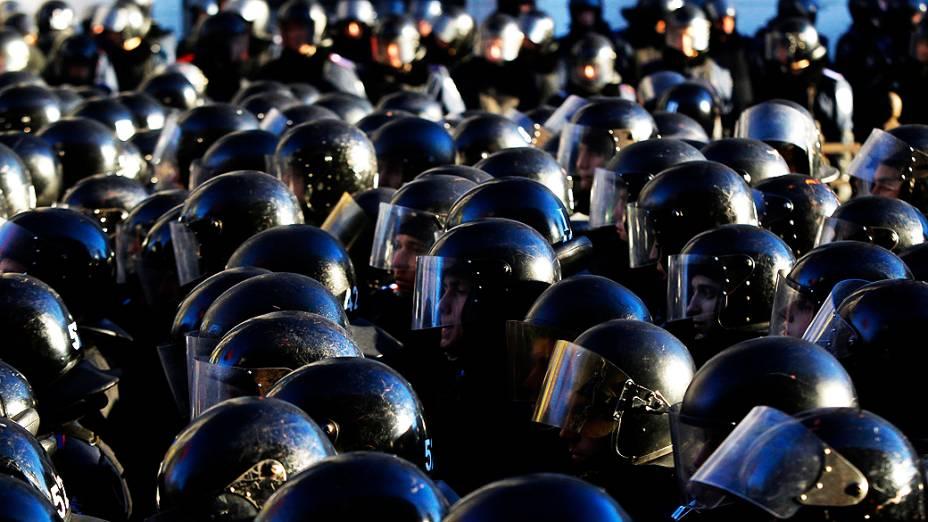 Policiais fazem cordão de isolamento contra manifestantes que protestam contra o governo da Ucrânia, em Kiev, nesta terça-feira (03)