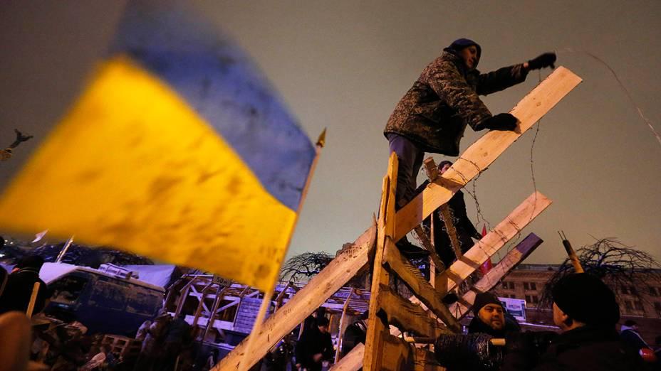 Manifestantes a favor da integração da Ucrânia à União Europeia constroem novas barricadas na Praça da Independência, em Kiev após ação da polícia para retirá-los do local
