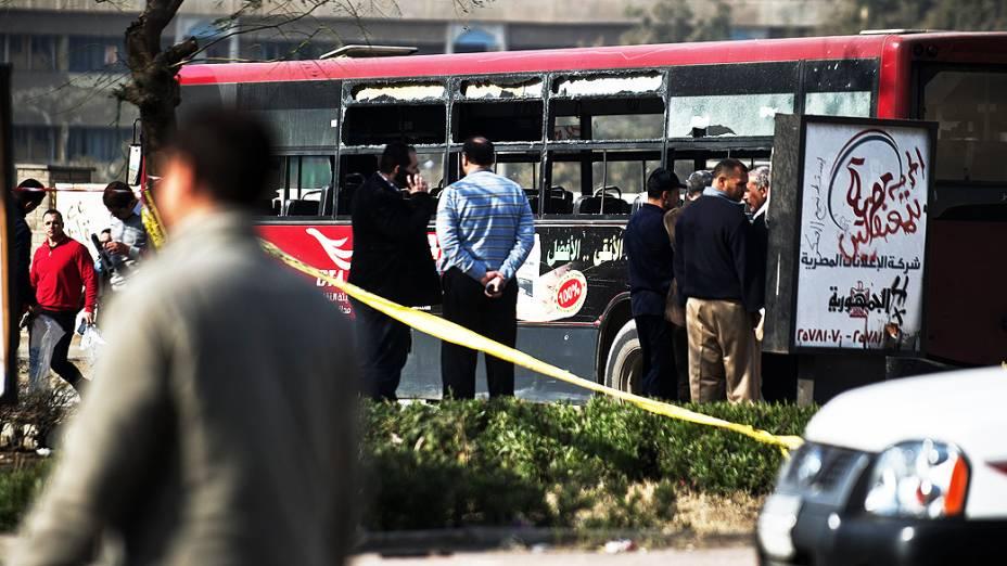 Autoridades de segurança inspecionam destroços de um ônibus que foi atingido por uma explosão ferindo cinco pessoas, no Cairo, Egito