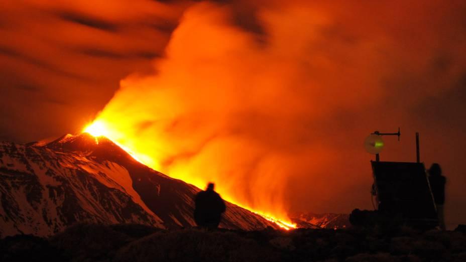 <p>O Monte Etna, o vulcão mais ativo da Europa, entrou em erupção nesta segunda-feira (30). Imagem obtida da estação de monitoramento do Instituto Nacional Italiano de Geofísica e Vulcanologia em Schiena dellAsino, perto de Catania, na Sicília, sul da Itália</p>