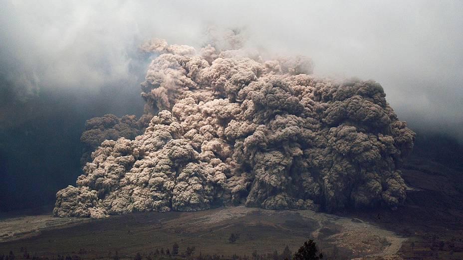 <p>O vulcão Sinabung, na Indonésia, expele cinzas e lava, na manhã desta terça-feira (7)</p>