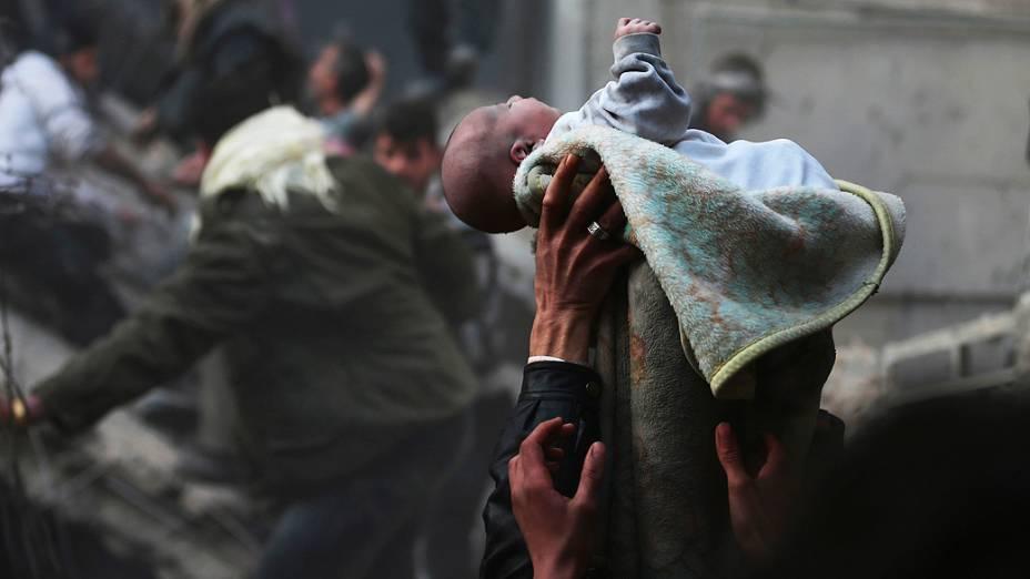 Um bebê foi resgatado com vida de escombros após um ataque aéreo ao distrito de Duma, em Damasco (Síria), nesta terça-feira (07)