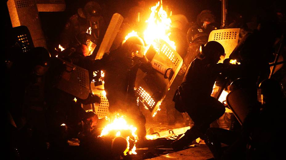 Manifestantes e policiais entram em confronto na madrugada desta segunda-feira (20) em Kiev (Ucrânia). Cerca de 200 mil pessoas participaram da manifestação deste domingo contra um conjunto de leis aprovado pelo parlamento proibindo protestos no país