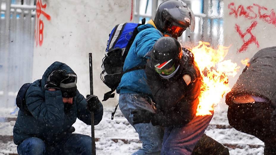 Manifestante pega fogo durante confrontos com a polícia