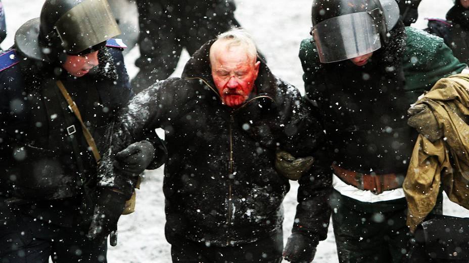 Homem é socorrido durante os confrontos em Kiev