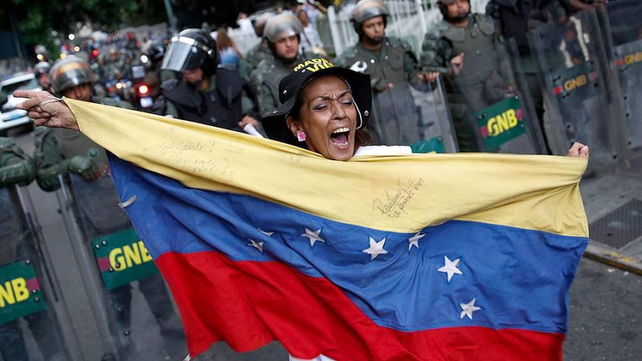 Manifestante de oposição segura uma bandeira da Venezuela, durante um protesto contra o governo do presidente Nicolás Maduro, em Caracas