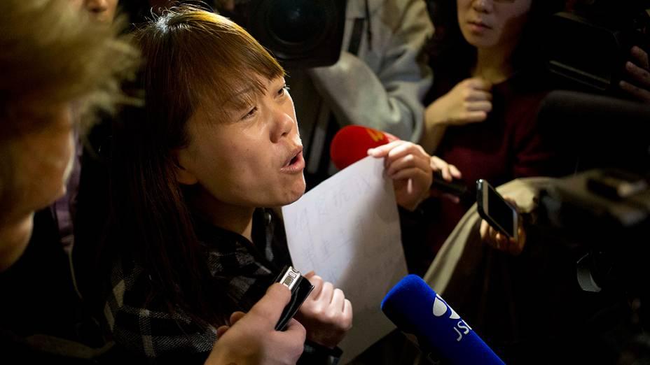 <p>Familiares de passageiros do voo MH370 da Malaysia Airlines, desaparecido há mais de uma semana, reclamam da falta de informações e do modo como a situação tem sido conduzida</p>