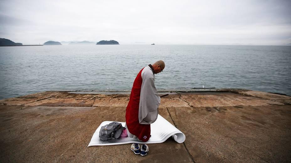 Monge budista reza pelos passageiros desaparecidos que estavam na balsa sul-coreana Sewol