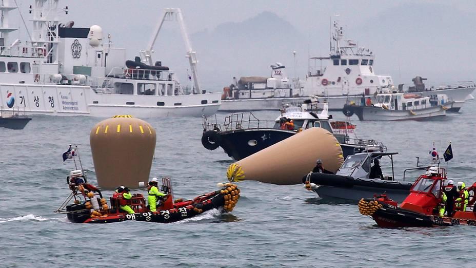 Equipes de resgate instalam boias marcando o local onde a balsa Sewol naufragou, na costa de Jindo, sul da Coreia do Sul