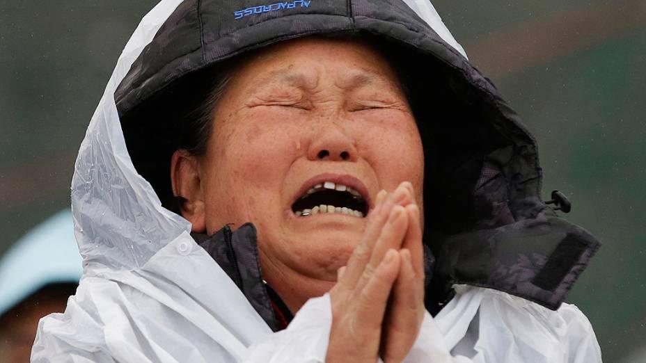 """Os familiares dos passageiros desaparecidos do barco sul-coreano """"Sewol"""", que afundou no mar, aguardam em uma academia em Jindo"""