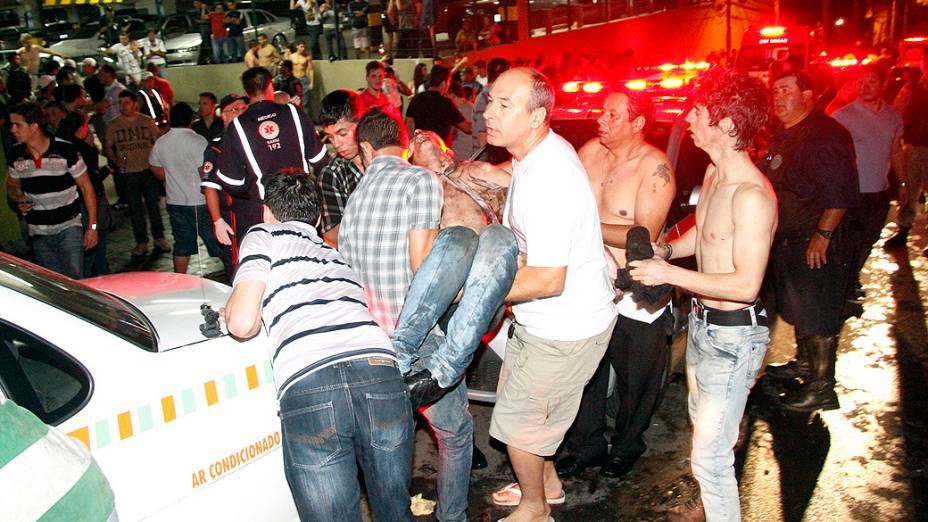 Vítima sendo socorrida no incêndio da boate Kiss, em Santa Maria
