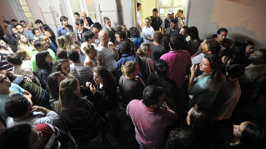 Familiares aguardam notícia sobre as vítimas do incêndio em Santa Maria, Rio Grande do Sul