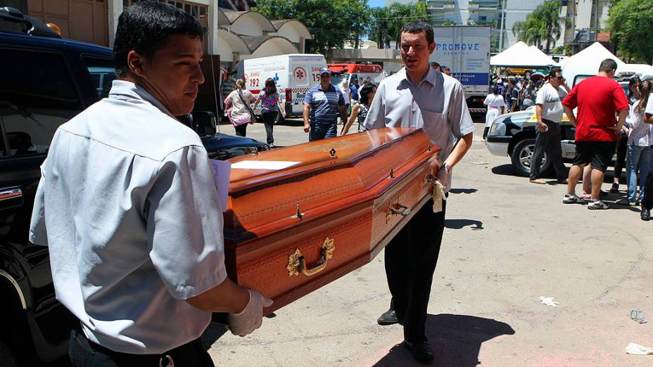 Caixão de uma das vítimas do incêndio sendo transportado para o funeral, em Santa Maria