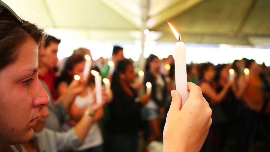 Cerca de 100 estudantes de vários cursos da UFSM participam de uma caminhada em homenagem às vítimas da boate Kiss