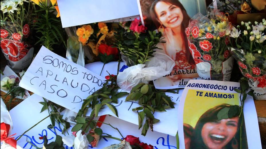 Flores e fotografias em homenagem às vítimas em frente a boate Kiss em Santa Maria