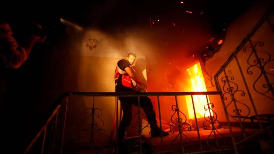 Bombeiro em incêndio provocado por ataque aéreo israelense, em Gaza